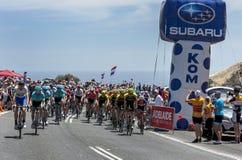 I ciclisti fanno concorrenza al giro giù sotto fotografia stock libera da diritti