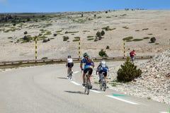 I ciclisti sulla strada alla cima di Ventoux montano Fotografia Stock Libera da Diritti