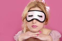 I ciechi della mascherina di sonno blonderelaxed sul colore rosa Fotografia Stock Libera da Diritti