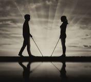 I ciechi delle coppie vanno con la canna e la riflessione su bianco del nero dell'acqua Fotografia Stock