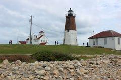 I cieli blu e l'annuvolamento splendidi fanno il grande contesto per punto storico Judith Lighthouse, Rhode Island, 2018 immagine stock