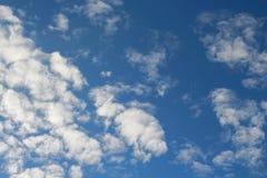 I cieli blu e le nuvole bianche meravigliosamente sono modellati Fotografie Stock