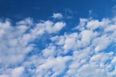 I cieli blu e le nuvole bianche meravigliosamente sono modellati Fotografie Stock Libere da Diritti