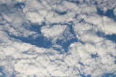 I cieli blu e le nuvole bianche meravigliosamente sono modellati Immagine Stock Libera da Diritti