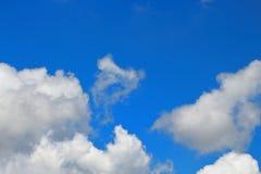 I cieli blu e le nuvole bianche meravigliosamente sono modellati Fotografia Stock