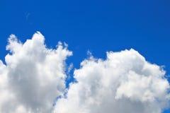 I cieli blu e le nuvole bianche meravigliosamente sono modellati Fotografia Stock Libera da Diritti