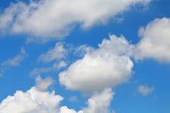 I cieli blu e le nuvole bianche meravigliosamente sono modellati Immagine Stock