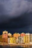 I cieli si scuriscono quando il cattivo tempo di autunno si avvicina alla capitale svedese di Stoccolma immagini stock libere da diritti
