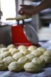I cinesi agglutinano e cuociono a vapore la pasta del panino Fotografia Stock Libera da Diritti
