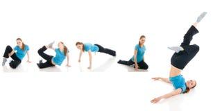 I cinque giovani womans che fanno esercitazione di yoga isolata Immagine Stock
