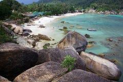 I ciottoli enormi nel mare abbaiano sull'isola di Koh Samui Immagine Stock