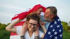 I cittadini americani celebrano la festa dell'indipendenza Tre generazioni della dello stessi famiglia, nonno, derivato e piccolo archivi video