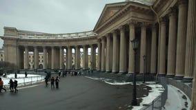 I cittadini di domenica vanno alla cattedrale di Kazan stock footage