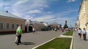 I cittadini stanno camminando giù la via principale del Cremlino di Kolomna della città video d archivio