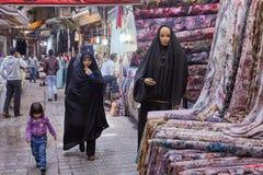 I clienti camminano con il dipartimento dei tessuti al bazar orientale, fotografie stock