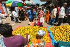 I clienti della città commercializzano le arance ed i limoni d'acquisto al mercato dell'agricoltore Fotografia Stock Libera da Diritti