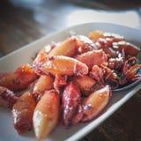 I clienti ordinano il calamaro dolce durante il viaggio alla spiaggia nel ristorante famoso Fotografia Stock