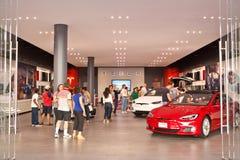 I clienti visitano un deposito dei motori di Tesla Immagini Stock Libere da Diritti