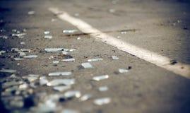 I cocci di vetro automobilistico nell'incidente fotografia stock