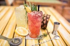 i cocktail hanno servito il freddo nella barra, ristorante Cocktail della calce del tonico e del gin Fotografie Stock
