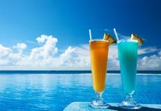 I cocktail si avvicinano alla piscina fotografie stock libere da diritti