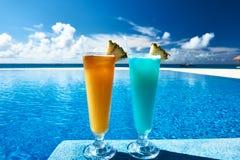I cocktail si avvicinano alla piscina immagine stock
