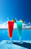 I cocktail si avvicinano alla piscina fotografia stock