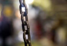 I collegamenti di una catena del ghisa del metallo hanno allungato il primo piano Fotografia Stock