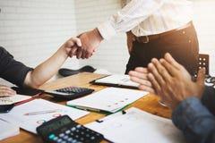 I colleghe sono consulenti sui documenti di affari, tassa, transazioni Immagine Stock
