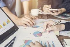 I colleghe team la riunione per discutere e l'analisi le informazioni t Immagine Stock