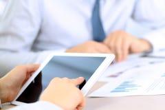 I colleghi di affari che lavorano e che analizzano finanziari dipende una compressa digitale Fotografie Stock Libere da Diritti