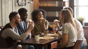 I colleghi multirazziali sorridenti che godono della spesa del pranzo lavorano il brea Immagini Stock Libere da Diritti