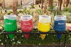 I colori che differenti i recipienti per si raccolgono riciclano i materiali fotografia stock