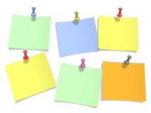 I colori incartano appuntato ad una priorità bassa bianca Fotografie Stock Libere da Diritti