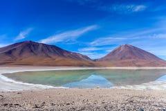 I colori naturali della laguna verde nel Siloli abbandonano vicino al confine del Cile ed al piano del sale di Uyuni in Bolivia,  fotografie stock
