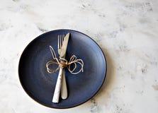 I colori pastelli del piatto ceramico della coltelleria si biforcano spazio della copia del fondo del piatto del coltello fotografie stock
