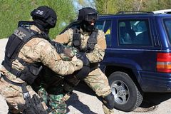 I commando speciali della polizia arrestano un terrorista Immagine Stock