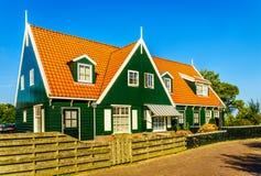 I comples del condominio costruiscono la parete imbarcata verde di stile di Marken di inraditional ed il tetto di mattonelle ross Immagini Stock