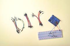 I componenti elettronici per robotica ed i microcontroller, DIY, STACCANO l'istruzione dal gambo fotografia stock libera da diritti