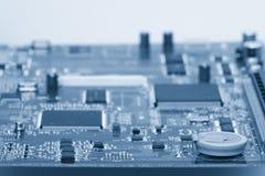 I componenti elettronici sono montati sulle bobine d'arresto dei condensatori dei diodi dei chip del bordo del dispositivo fotografie stock
