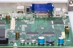 I componenti elettronici sono montati sulle bobine d'arresto dei condensatori dei diodi dei chip del bordo del dispositivo fotografia stock