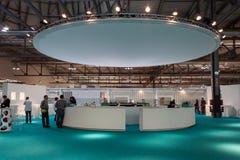 I compratori bighellonano all'ospite 2013 a Milano, Italia Fotografia Stock Libera da Diritti