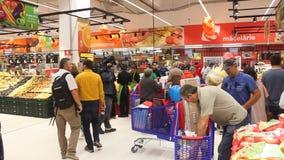 I compratori di contaminazione del cineoperatore nell'ipermercato Carref Immagini Stock