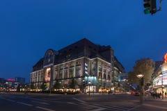 I compratori tendono al grande magazzino del DES Westens di Kaufhaus Immagini Stock