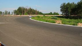 I concorrenti della corsa inseguono l'automobile principale, il giro, lotta estrema per vincere archivi video