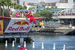 I concorrenti eseguono un volo su Red Bull Flugtag fotografia stock