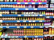 I condimenti dell'alimento ed i prodotti del condimento hanno venduto in una drogheria Fotografie Stock