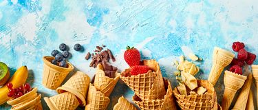 I coni del wafer hanno riempito di frutti su fondo blu Immagini Stock Libere da Diritti
