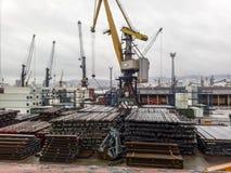 I coni retinici di metallo hanno piegato sul sito del porto per l'esportazione Stoccaggio temporaneo nel porto delle materie prim fotografia stock libera da diritti