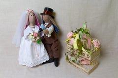 I conigli di Pasqua, coniglietto gioca nelle nozze di forma Sposa e sposo del tessuto fotografie stock libere da diritti